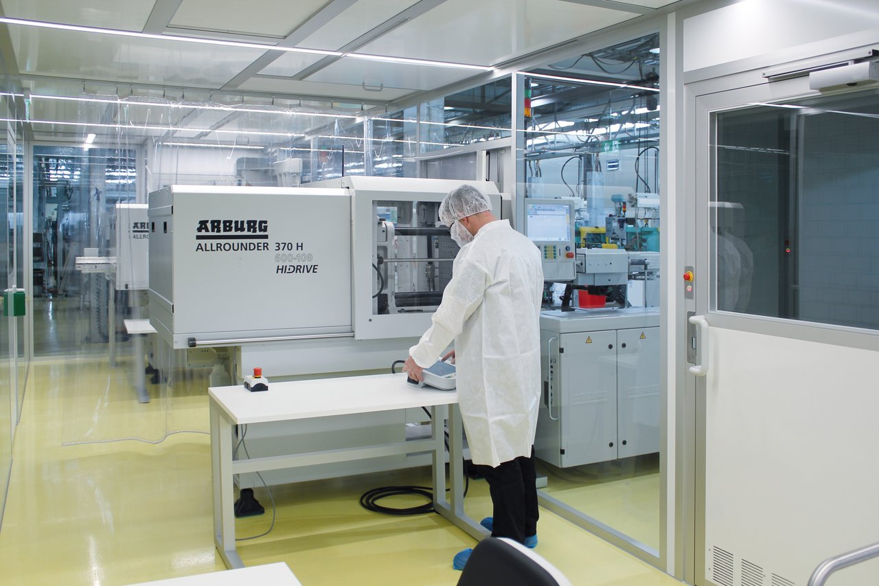 Cleanroom for micro injection moulding of medical technology, GMP C