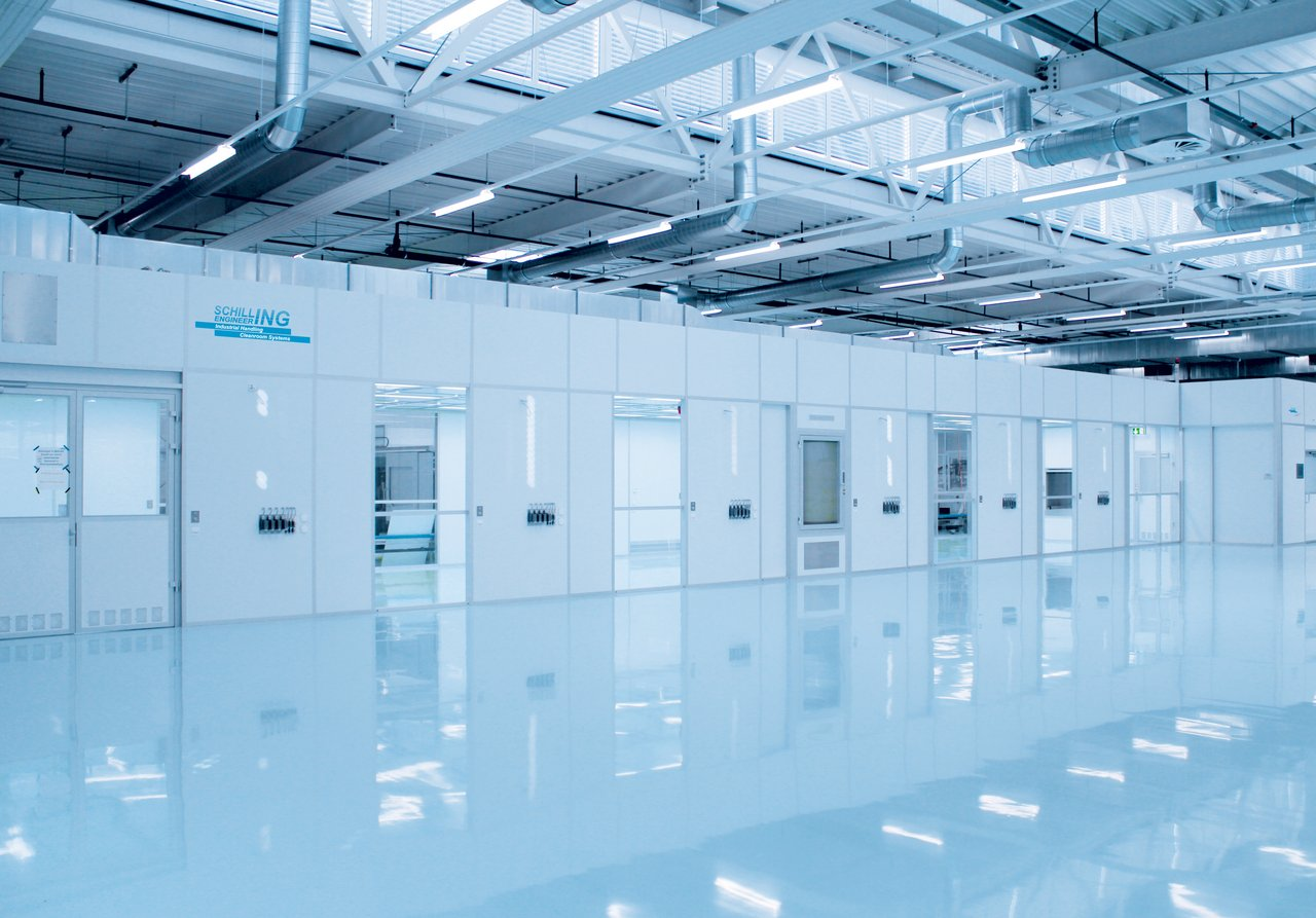 Cleanroom for medical components in injection moulding machine production, ISO 7