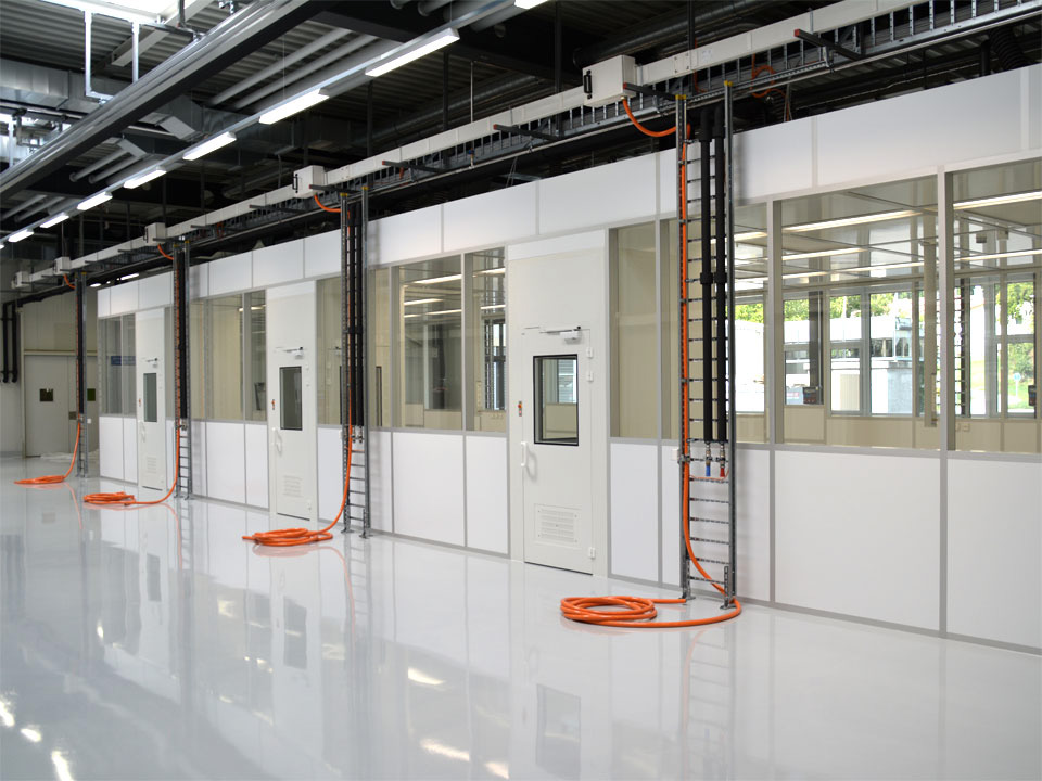 Cleanroom for medical components injection moulding connection, ISO 7
