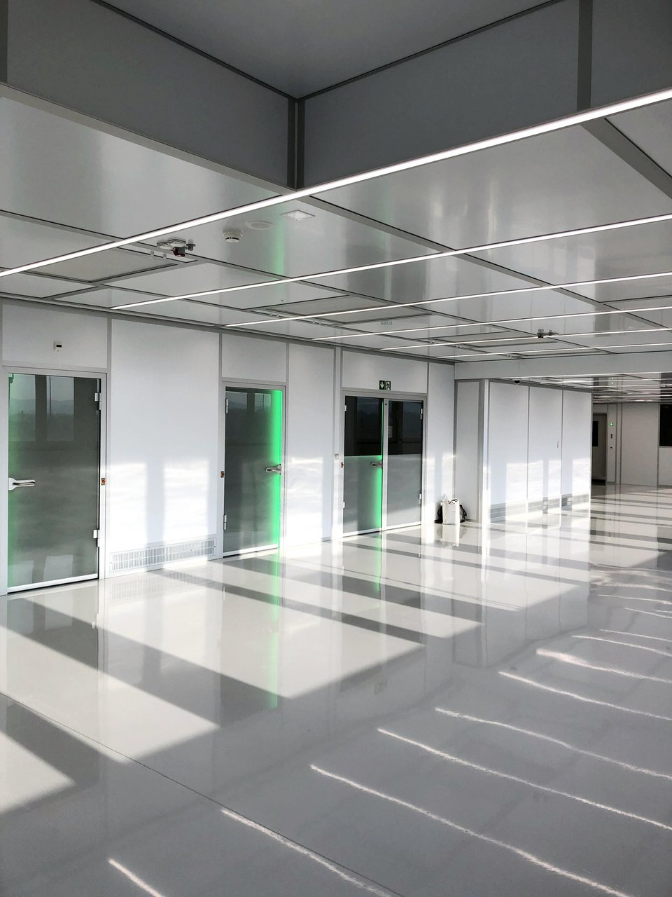 Cleanroom for cleaning and packaging titanium implants, ISO 7