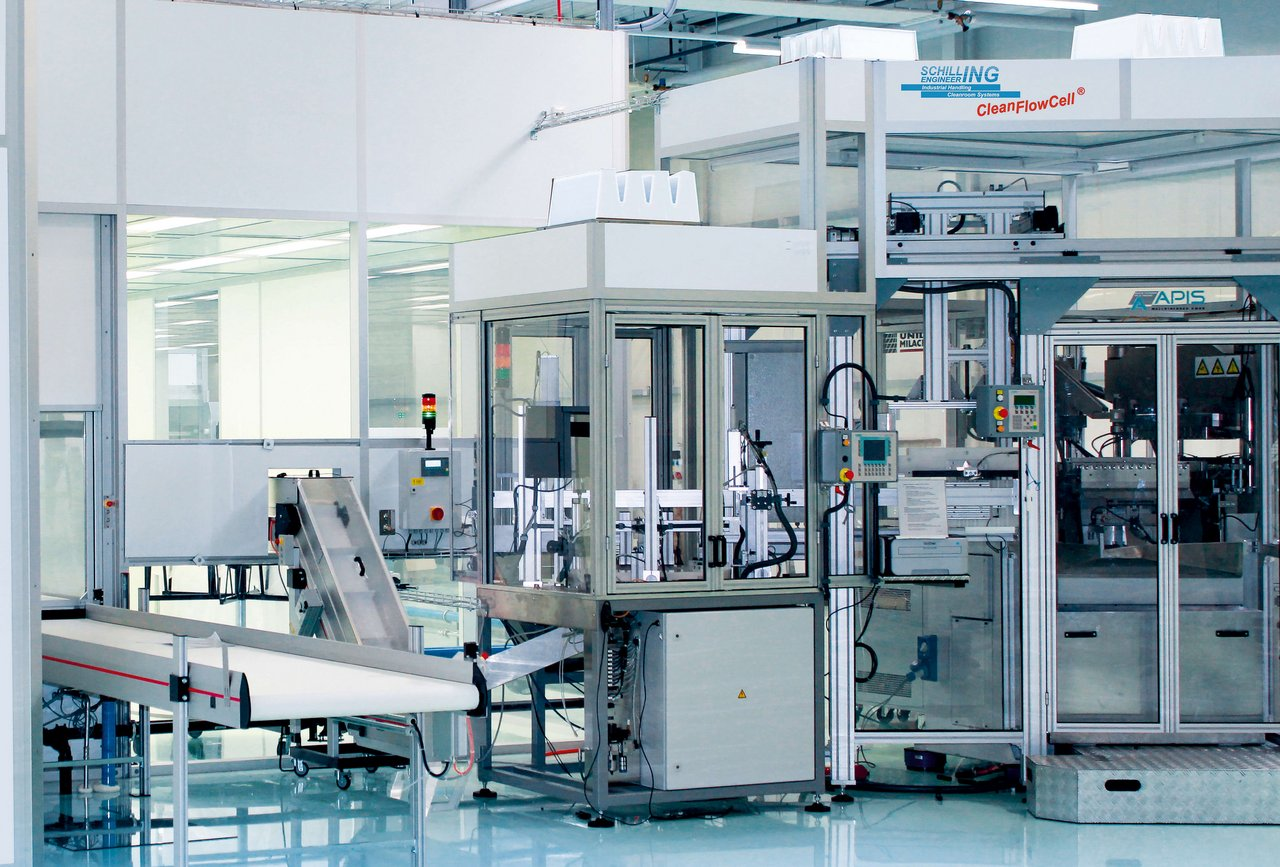 Laminar flow housing for blow moulding machines, pharmaceutical plastic packaging, cleanroom class ISO 7