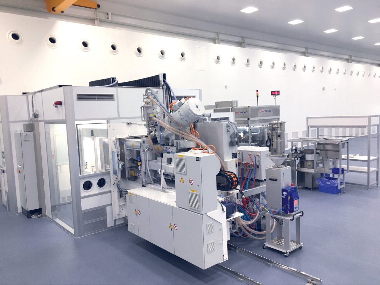 Cleanroom housing for injection moulding machines for the aseptic production of drug packaging, cleanroom class GMP C