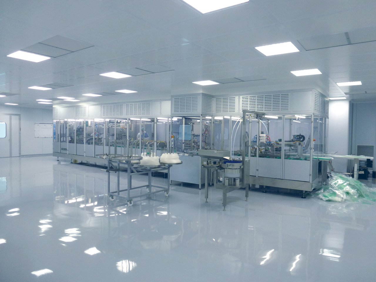 Cleanroom housing in medical technology for the production of blood plasma bags